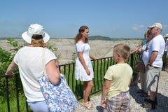 ÂMBAR, RÚSSIA - 26 DE JULHO DE 2016: O guia diz turistas sobre a produção de âmbar em um poço aberto Foto de Stock Royalty Free