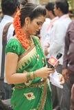 Âncora da senhora TEVÊ que cobre um evento público na Índia Imagem de Stock Royalty Free
