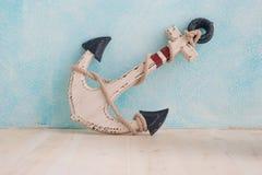 A âncora decorativa encontra-se na parede azul Fotos de Stock Royalty Free