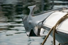 A âncora em um iate amarrado na âncora do porto no iate fotografia de stock royalty free