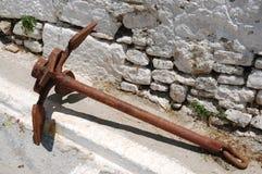 Âncora oxidada velha do navio na rua grega Fotografia de Stock Royalty Free