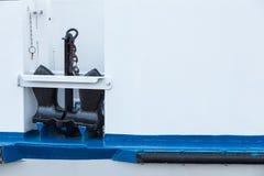 Âncora preta no barco branco e azul Fotos de Stock