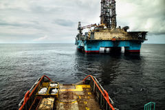 Âncora-segurando o reboque/fonte & o x28; AHTS& x29; embarcação durante operações do DP fotografia de stock royalty free