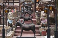 Âne, chien, chat et jeune coq de statue Image stock