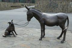 Âne et chien de monument en métal Vladikavkaz Photo stock