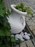 Ânfora grega antiquada que coloca na terra Fotografia de Stock