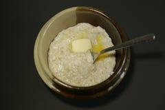 Ângulo alto do fundo escuro da manteiga do leite do papa de aveia da aveia imagens de stock