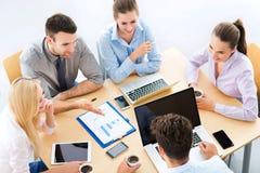 Ângulo alto dos executivos na tabela Fotografia de Stock Royalty Free