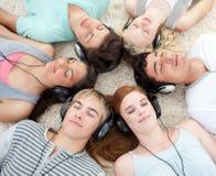 Ângulo elevado dos adolescentes que escutam a música foto de stock royalty free