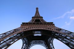 Ângulo largo da torre Eiffel Imagens de Stock Royalty Free