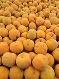 Ângulo largo do montão de pêssegos amarelos orgânicos frescos Imagem de Stock