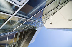 Ângulos abstratos da arquitetura acima do céu azul Fotos de Stock Royalty Free