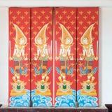 Ângulos do guardião na porta de madeira Imagens de Stock