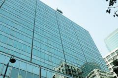Äußeres des Glaswohngebäudes Die goldene Taste oder Erreichen für den Himmel zum Eigenheimbesitze Kopieren Sie Platz lizenzfreies stockfoto