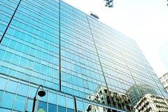 Äußeres des Glaswohngebäudes Die goldene Taste oder Erreichen für den Himmel zum Eigenheimbesitze Kopieren Sie Platz stockfoto
