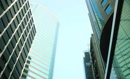 Äußeres des Glaswohngebäudes Die goldene Taste oder Erreichen für den Himmel zum Eigenheimbesitze Kopieren Sie Platz lizenzfreie stockbilder