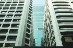Äußeres des Glaswohngebäudes Die goldene Taste oder Erreichen für den Himmel zum Eigenheimbesitze Kopieren Sie Platz stockbild