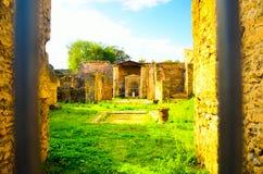Äußeres von Ruinen des antiken und alten römischen Tempelteils des touristischen Bestimmungsortes stockfotografie