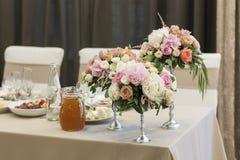 ПÐΜÑ€ÐΜÐ ² ÐΜÑ  Ñ 'и Ð ² GoogleBingFlower przygotowania są na stole zakrywającym z białym tablecloth Srebni candlesticks obrazy royalty free