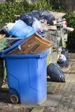 Überbelastete Abfallbehälter stockfotos