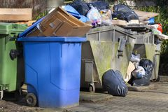 Überbelastete Abfallbehälter stockfotografie