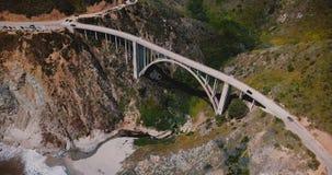 Überraschender Draufsichtluftschuß der ikonenhaften Bixby-Nebenflussbrücke und -autos auf Landstraße 1, episches Reiseziel im Big stock footage