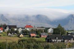 Ã- rbæjarsafn in ReykjavÃk an einem schönen Tag mit einem Nebel im Berg von Esja Stockbild