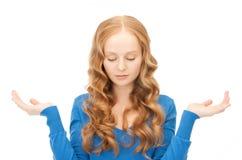 Ã-`  lueless Frauenzucken hilflos mit ihren Schultern lizenzfreie stockbilder
