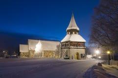 Ã… aangaande middeleeuwse kerk en belltower wintertijdavond Stock Foto