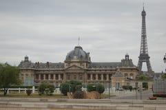 Ã ‰ cole Militaire en de Toren van Eiffel in Parijs, Frankrijk Stock Afbeeldingen