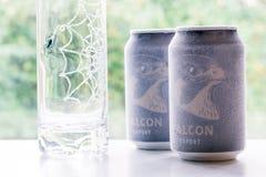 Ã-rebro瑞典10月15日2017冰冷的猎鹰啤酒罐 免版税库存照片