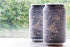 Ã-rebro瑞典10月15日2017冰冷的猎鹰啤酒罐 免版税库存图片