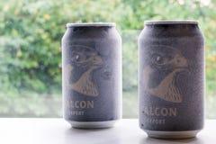 Ã-rebro Suecia latas de cerveza heladas del halcón del 15 de octubre de 2017 imágenes de archivo libres de regalías