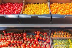 不同的新鲜的黄色,橙色和红色蕃茄零售显示  免版税库存照片