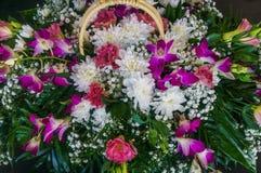 不同的花五颜六色的花束的特写镜头  库存图片