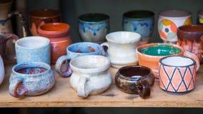 不同的黏土水罐、杯子和罐 库存照片