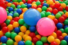 不同颜色小球在操场的 免版税库存照片