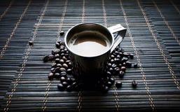 不锈钢杯与咖啡豆的coffe 图库摄影