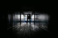 两个恋人剪影一个黑暗的走廊的 免版税库存照片