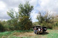 两个青少年女孩有吃的野餐在绿色自然 免版税图库摄影