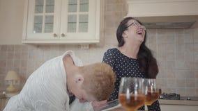 两名可爱的资深妇女在手上大声笑一起,一种举行的片剂 中部变老了成熟妇女沟通 股票视频