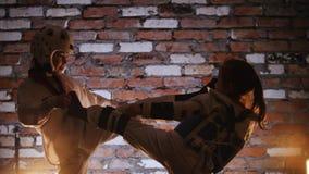 两女孩训练他们的空手道技能在演播室 被照顾的 免版税库存照片