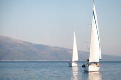 两条航行的游艇在海 库存图片