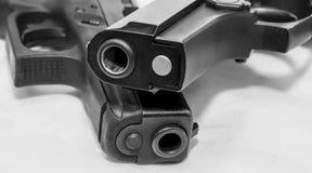 两把黑手枪,9mm和40口径,一在其他顶部 库存图片
