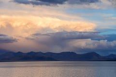 中国 西藏的大湖 在湖泰瑞日落的塔西纳木错的大云彩 免版税图库摄影