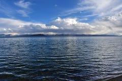 中国 西藏的大湖 湖泰瑞塔西纳木错在夏天晚上在多云天空下 库存图片
