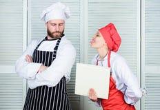 中止razzing我 朝向厨师的财政审计员棍子舌头 执行财政纪录的审计淘气记帐员 免版税库存照片