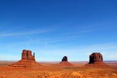 举世闻名的西部米特区小山-东部手套小山和梅里克小山在纪念碑谷公园-与清楚的蓝色的beautfiful天 免版税库存图片