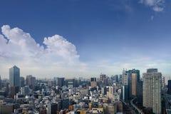 东京在鸟瞰图的市地平线风景与摩天大楼、现代办公楼和天空蔚蓝背景在东京大都会 免版税库存照片