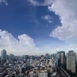 东京在鸟瞰图的市地平线风景与摩天大楼、现代办公楼和天空蔚蓝背景在东京大都会 库存图片